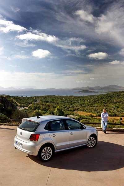 Sardinien, nya VW Polo och PeO Kjellström. En kombination man förmodligen aldrig kommer att få se igen, men du kan själv stifta bekantaskap med nya lill-folkan i höst. Beställ i juli.