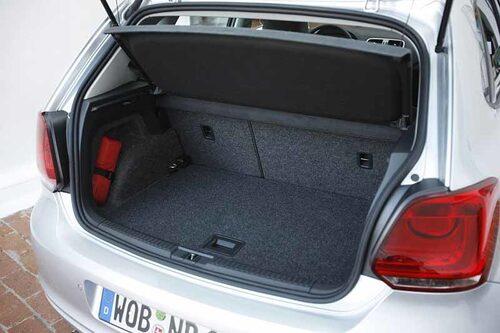 Bagageutrymmet är inte jättelikt men OK för biltypen. Under golvet finns extra utrymme.
