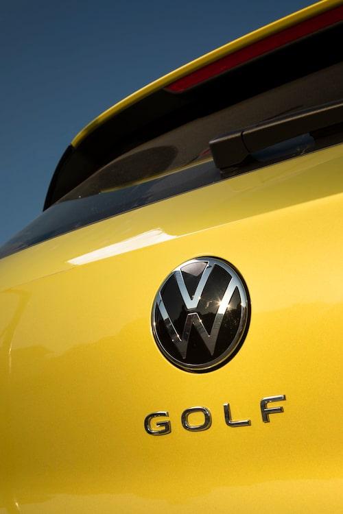 Namnet har aldrig stått så stort och stolt på bakluckan tidigare. Bakluckan öppnas alltjämt genom att VW-loggan vickas utåt i nederkant.