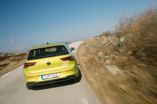 Nya Golf är en bra kompromiss för alla typer av vägar. Noter att nya bilen helt saknar synliga avgasutblås.