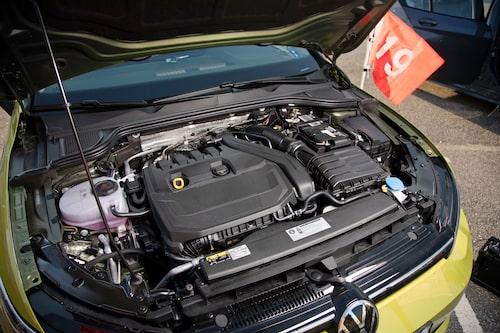 Föregående Golf har gasdämpare till huven, nu är det vanlig pinne igen. Mildhybridmotorn 1,5 eTSI övertygar.