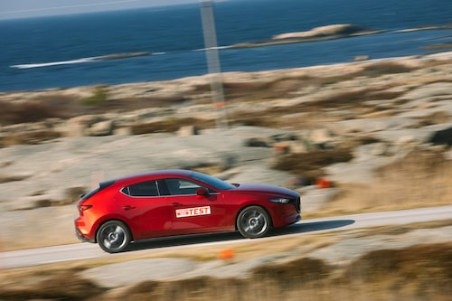 Se en sådan enorm C-stolpe. Mazdas designers tog fram stora penseln när de ritade trean.