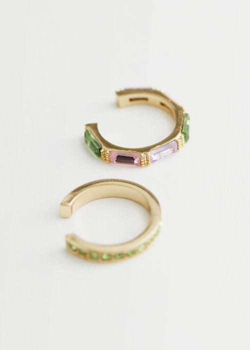 Ear cuffs med färgade stenar.