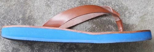 Flipflops i äkta skinn på blå sula från Blankens. Klicka på bilden och kom direkt till sandalerna.