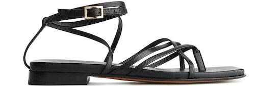 Vackra remsandaler i skinn från Arket. Klicka på bilden och kom direkt till sandalerna.