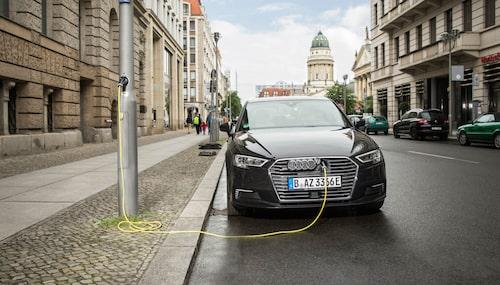 Med Ubitricitys lösning kan man ladda en elbil eller laddhybrid genom ett enkelt uttag i en lyktstolpe.
