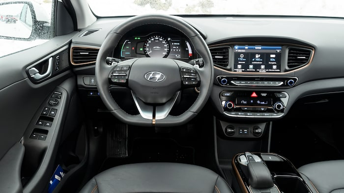 Instrumenteringen liknar en helt vanlig bil. Växelväljaren består av knappar som sitter på mittkonsolen.