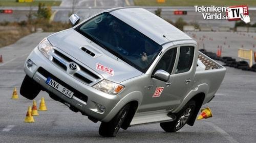 Teknikens Världs älgtest blev rejält omtalat världen över då Mercedes A-klass välte 1997. Tio år senare välte inte Toyota Hilux, men gick farligt upp på två hjul. Toyota agerade blixtsnabbt genom att stoppa försäljningen av Hilux med en viss hjuldimension.