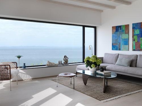 Soffbord i design av Isamu Noguchi och soffa Suita av Antonio Citterio, båda Vitra. Golvlampa Gubi, Bestlite.