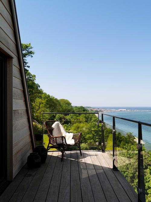 På övre terrassen, fyrtio meter över stranden i Gilleleje, kan man gå rakt ut i pyjamasen och mysa.