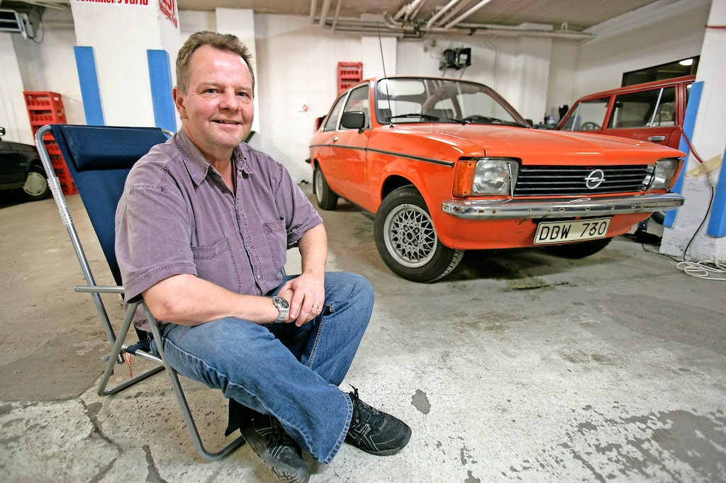 PeO Kjellström älskade bilar av alla slag, men hade en extra dragningskraft till Opel. Här ses han 2006 vid sin Kadett av årsmodell 1978.