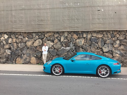 Erik försöker komma överens med den Miami-blåa pastellkulören.