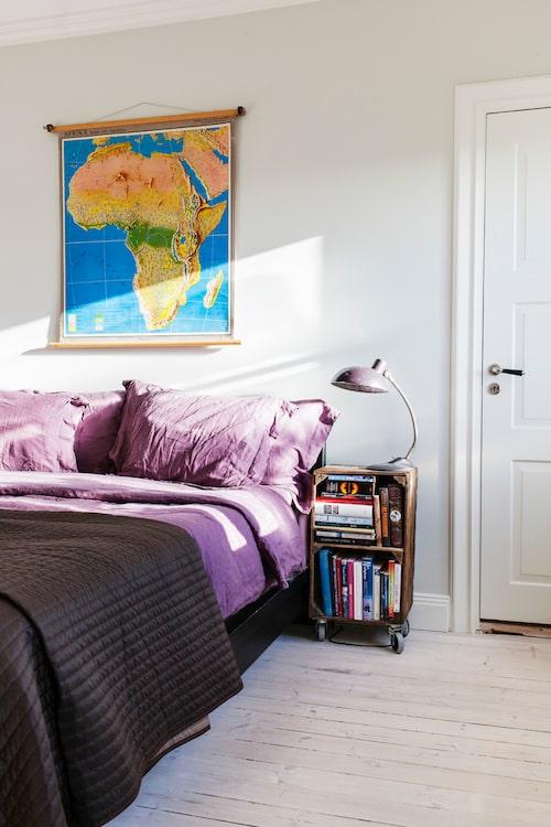 """Nattduksborden i sovrummet på ovanvåningen har Doreen och Henrik snickrat ihop av gamla äppellådor som de """"antikbehandlat"""" med en blandning av rostig spik, tepåsar och vinäger. Afrikaplanschen är ett loppisfynd."""