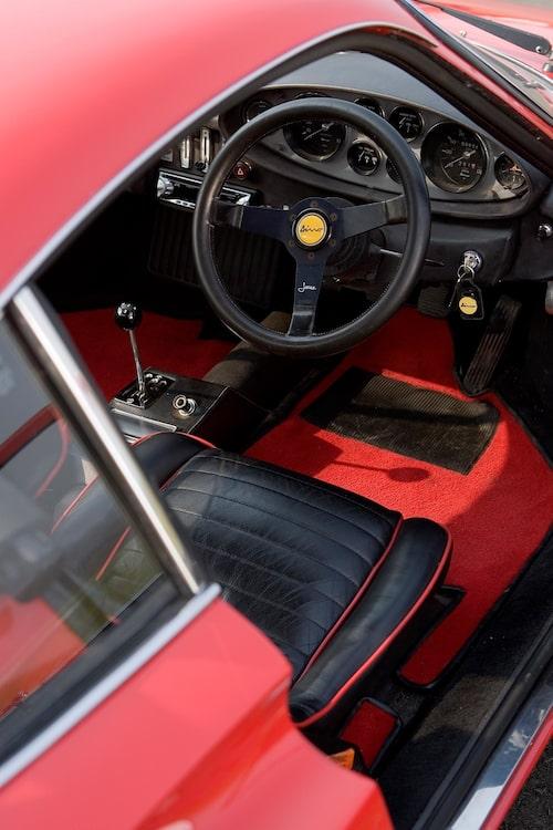 """Dino fick stor draghjälp av den populära TV-serien """"Snobbar som jobbar"""" där Tony Curtis karaktär Danny Wilde ofta tog plats i sin Dino 246 GT för att köra ikapp med Brett Sinclair (Roger Moore) och hans Aston Martin DBS."""