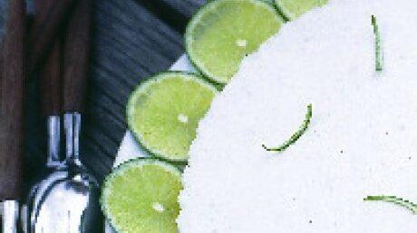 Dekorera cheesecaken med skivad lime.