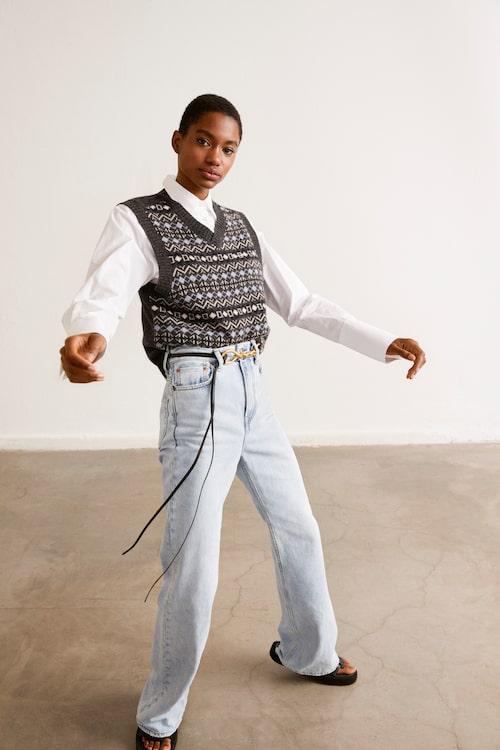 Skjorta av bomull, 1 295 kr, Hunkydory. Stickad väst av lammull/polyamid, 599 kr, Bondelid. Långa jeans med hög midja av bomull, 2 500 kr, Acne Studios. Bälte av nappaläder, 5 490 kr, Bottega Veneta. Skinnsandaler, 2 999 kr, By Malene Birger.