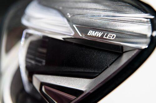 LED-strålkastare kostar 8700 kr extra för BMW. Aktiva LED-strålkastare ytterligare 13600 kr.