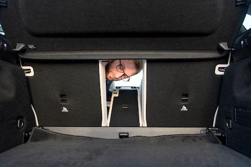 Tredelad baksätesfällning ger plus åt Mercedes. Men varför passar mattan i bagagerummet så illa?