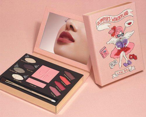 Makeuppalett med ögonskuggor, rouge, pensel och läppstift, La palette d'Olympia, 750 kr.