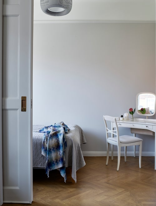 Sminkbordet i sovrummet är från Annas föräldrahem och är en Carl Malmsten-möbel, stolen är omklädd i tyg från Astrid.