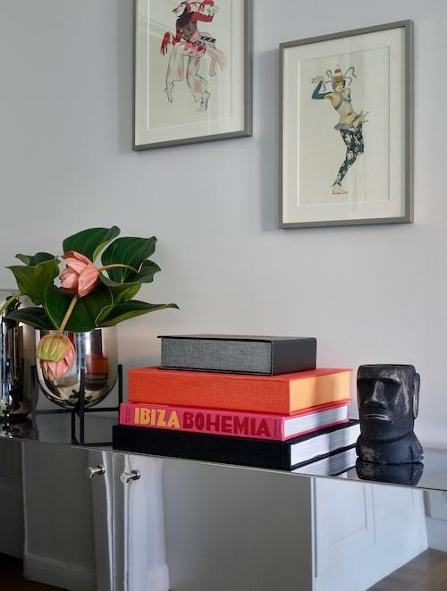 """""""Sideboardet har jag designat själv! Fick specialbeställa spegelblank plåt, knoppar och ben och sedan hjälpte Henrik på Picky living mig att få till det. Vas från H&M Home, staty från By Binett, tavlorna är antika print. """"De har jag låtit rama in professionellt. Älskar att hitta unik konst och lägga pengar på fina ramar."""