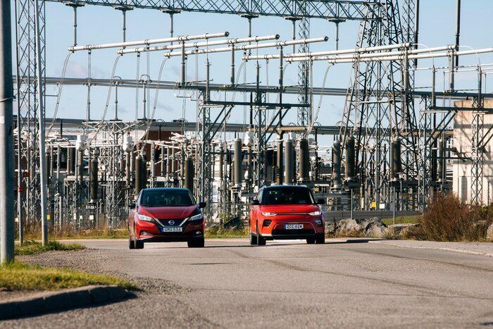 Kraftmätning och hög spänning i duellen utanför högspänningsställverket.