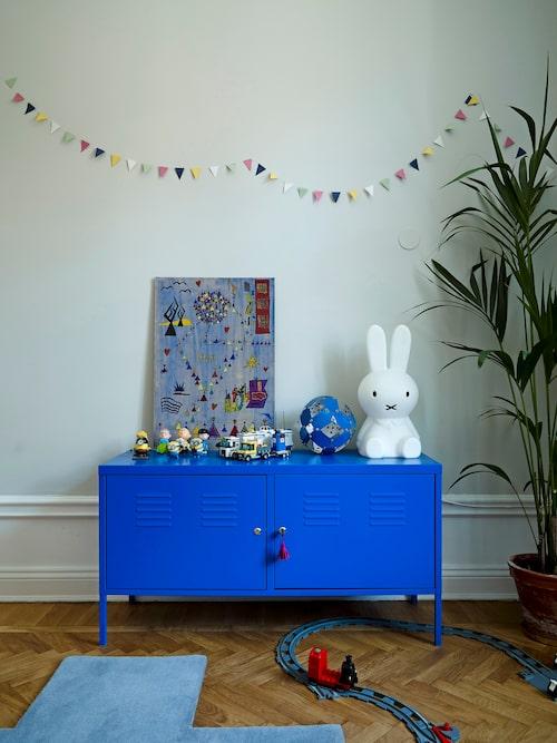 Barnrum i blå ton. PS-skåp från Ikea och mattan Crux av Pia Wallén för Asplund.