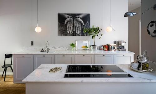 Gästerna samlas gärna runt köksön. På väggen hänger en bild som Tuvas morfar, dokumentärfotografen Stig T Karlsson, har tagit i Indien. Köket är ett Ikeakök, med luckor från Picky living.