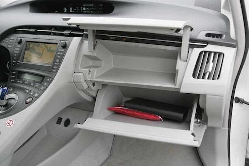 Dubbla handskfack är praktiskt. Under bryggan finns ett förvaringsutrymme med 12 V-uttag och kontakt för MP3.