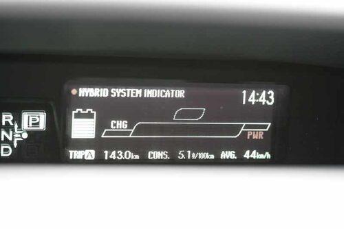 Energiflödesschemat har fått stryka på foten . I den lilla displayen intill hastighetsmätaren sitter färddatorn på nya Prius.