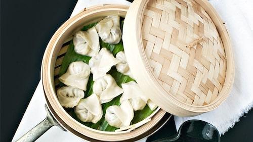 Recept på ångade vegetariska svampdumplings med tillbehör.