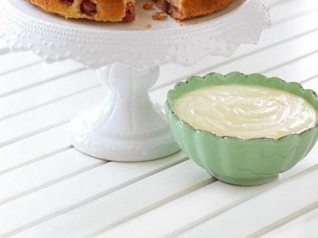 Servera vaniljsåsen till riktigt kall till krusbärskaka.