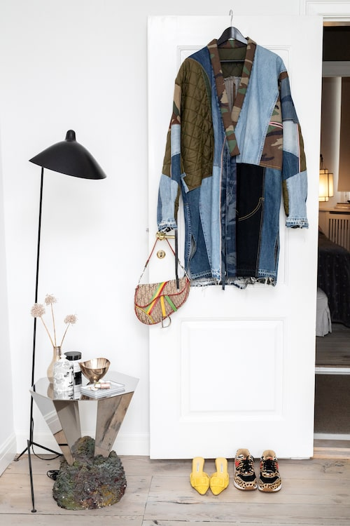 Militärjackan är specialbeställd från en vintagebutik i Paris. Väska, Dior. Skor, Manolo Blahnik och sneakers,Nike.