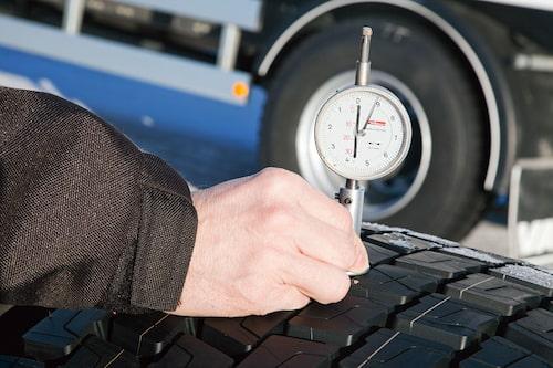 Fem millimeters mönsterdjup på sommardäck på drivaxeln är godkänt enligt svensk lag.