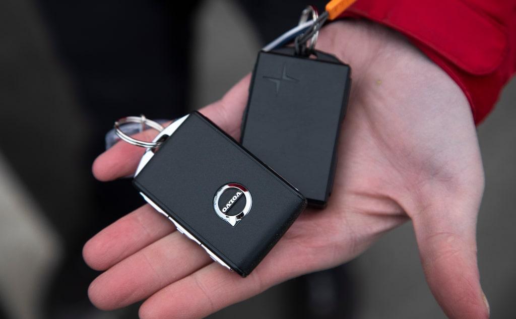 Polestar-nyckeln till höger känns plastig. Varför svarta knappar, man ser inte vad som öppnar eller stänger?