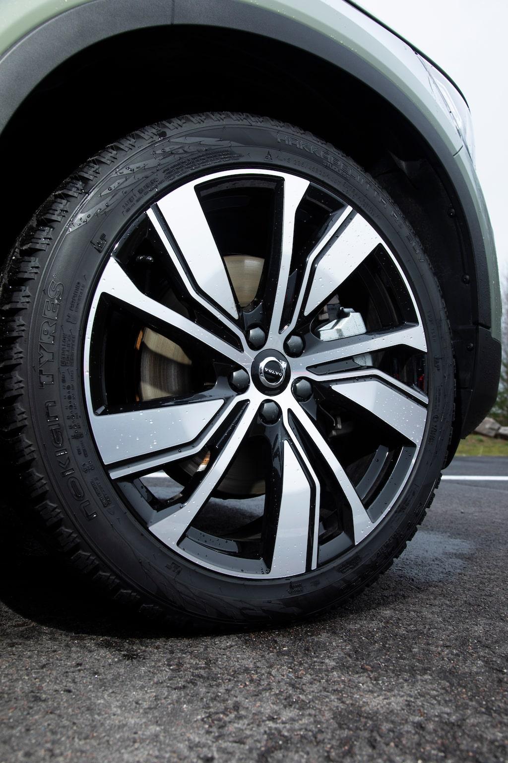 Standard är 19-tumshjul, men testbilen har 20-tumsfälgar, tillval för 6000 kronor. Fram sitter 235/45, bak 255/40.