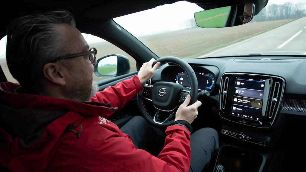 Trots fin röststyrning – här är det Hedberg som styr. Vi gillar XC40, en väldigt lagom bil.