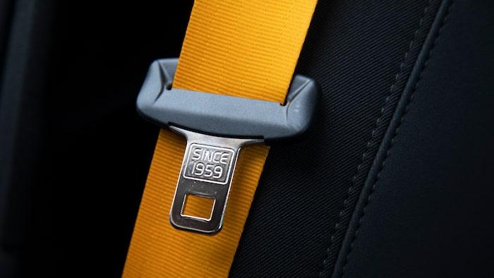 Performance-paketet innebär sportigt orange bälten.