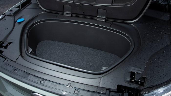 """""""Frunk"""" har båda bilarna. Smart paketering av motorn ger smart plats för elkablar."""