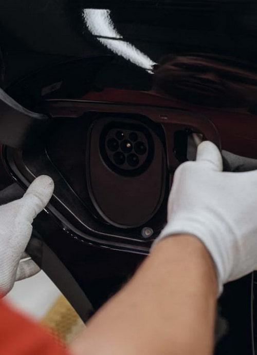 Uttaget för laddkabeln. Med Porsches nyutvecklade snabbladdare ska det ta 15 minuter att nå 80 procent av batteriets kapacitet, det vill säga kraft nog för 40 mils körning.