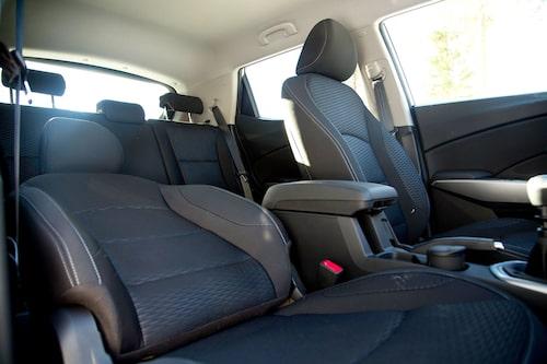 Framstolarna i provbilen har kraftig skålning för att passa storväxta personer. Baksätet är rymligt.
