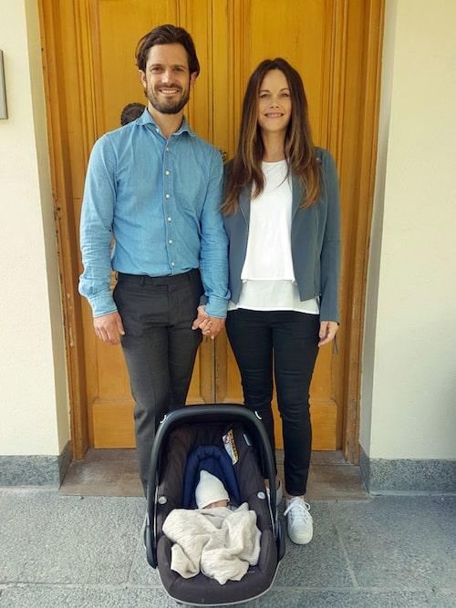 De nyblivna tvåbarnsföräldrarna och lilla Gabriel.