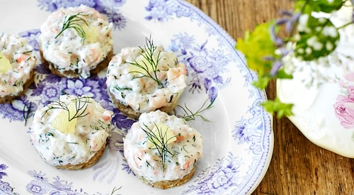 Recept av Johan Backeus på skagenröra på smörstekt bröd.