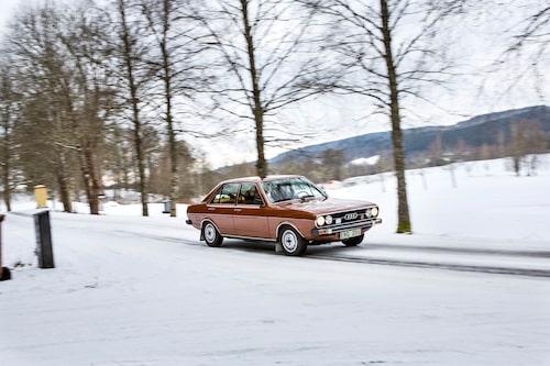 Audi 80 var modernt formgiven och karossen användes även till Volkswagen Passat, när den lanserades året därpå –  med folkans fastbackände som enda skillnad. Motorn med överliggande, remdriven kamaxel var nykonstruerad och skulle leva i många år inom koncernen, i många olika utföranden.