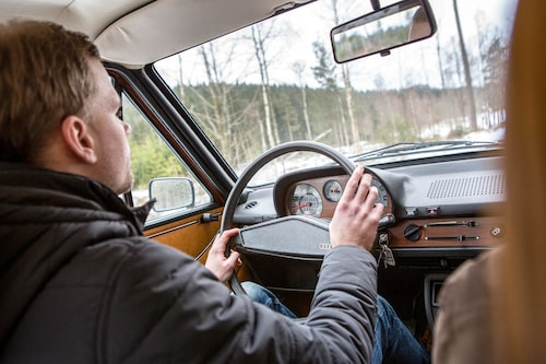 Audi 80 uppför sig lika tryggt på isig skogsväg som på saltad landsväg. Jesper blir aldrig nervös…