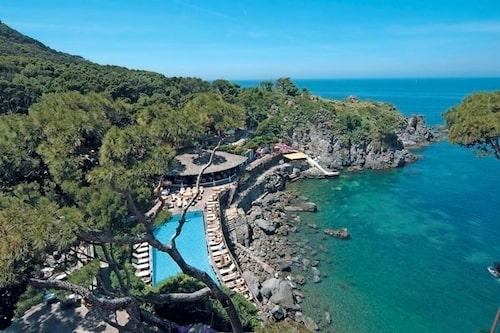 Från juni till augusti är klimatet på Ischia varmt och torrt, perfekt för badsemester.