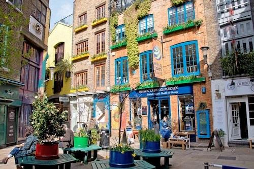 I mysiga Covent Garden trängs trendiga kaféer i de färggranna husen.