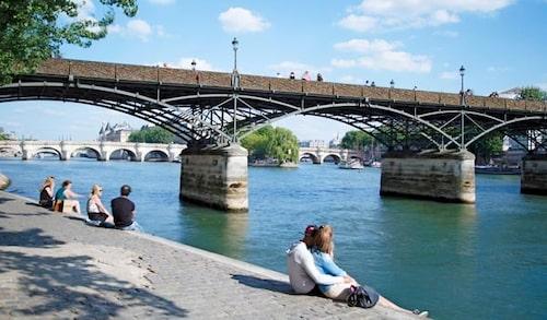Ta en paus vid floden Seine. Foto: Istock.