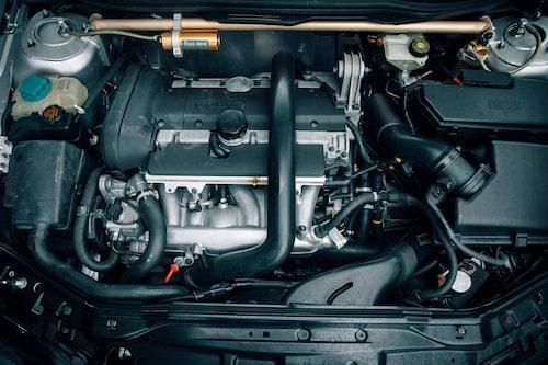 Under huven ligger den bredlånga 2,3-liters turbofemman och vilar.