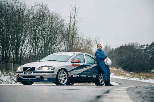 """Dåtid möter nutid. En sprillans """"ny"""" racerbil som stått undangömd hos Volvo fick äntligen smaka asfalt."""